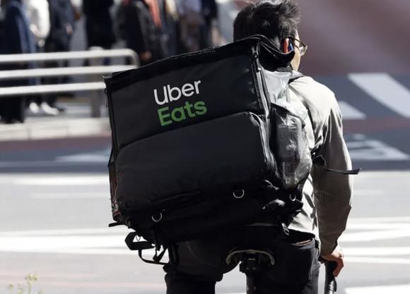 Uber Eats、配達員報酬を約3割引き下げ
