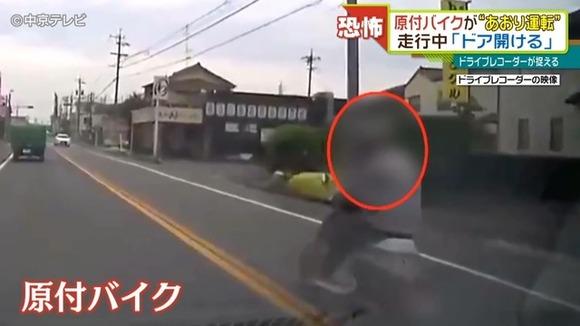 【悲報】原付バイクの前に入り込む形で車線に割り込んだ車カス、走行中にバイクの運転手にドアを開けられる