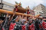 水を浴びまくる神輿と担ぎ手:富岡八幡宮例大祭(東京都江東区深川)