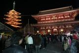 参拝の列(午後9時過ぎ!ですが):元日の浅草寺(宝蔵門)にて