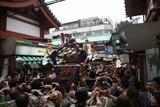 新仲見世と仲見世との交差点に差し掛かる神輿:浅草三社祭りにて