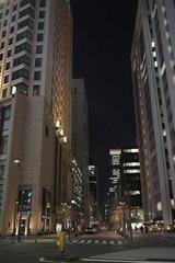 夜の丸の内南端、晴海通りにて
