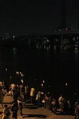 隅田川の灯篭流しにて