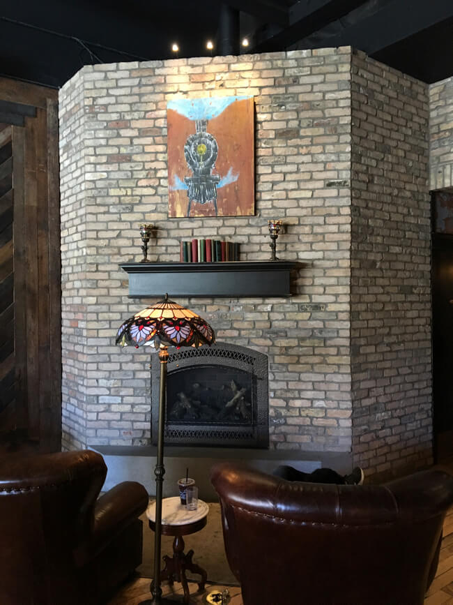 ソファーと絵画と暖炉 | Black Rock Coffee Bar (ブラックロックコーヒーバー) | Portland