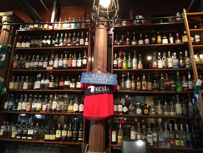 バーカウンター正面の棚 | Kells Brewery