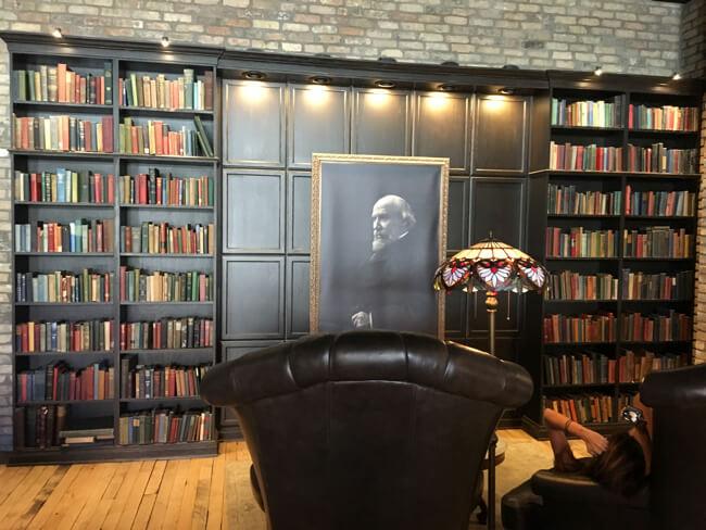絵画と本棚   Black Rock Coffee Bar (ブラックロックコーヒーバー)   Portland