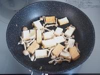 厚揚げときのこの麺つゆみぞれ炒め工程2