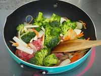 ブロッコリーと豚こまのクリーム煮工程1
