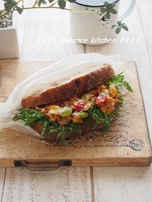 トマトカレーそぼろ野菜たっぷり サンド4