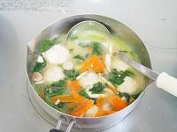 えのき入り鶏団子とほうれん草のお味噌汁工程4