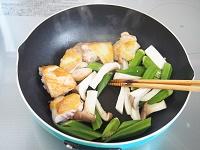 鶏肉とおくらのガーリックポン酢炒め工程1