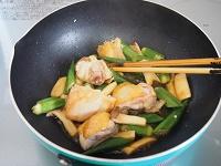 鶏肉とおくらのガーリックポン酢炒め工程2