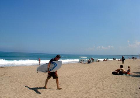 064クタビーチでサーフィン