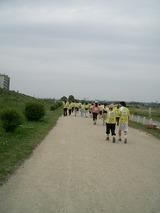 河川敷を歩く