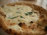 アンチョビとモツァレラのピザ