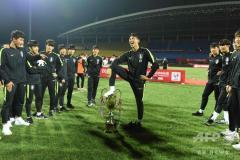 サッカーU18韓国のトロフィー踏みつけに中国激怒、優勝剥奪
