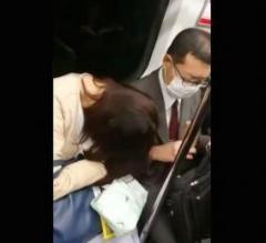 電車内でもたれかかった女性を秒速ではたく男性が話題