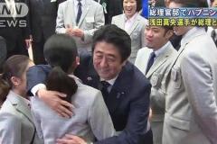 橋本聖子、浅田真央に 安倍首相とのハグ強要