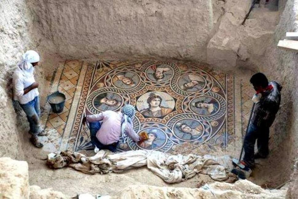 考古学者たちがギリシャで紀元前300年ころのモザイク画を発掘する。