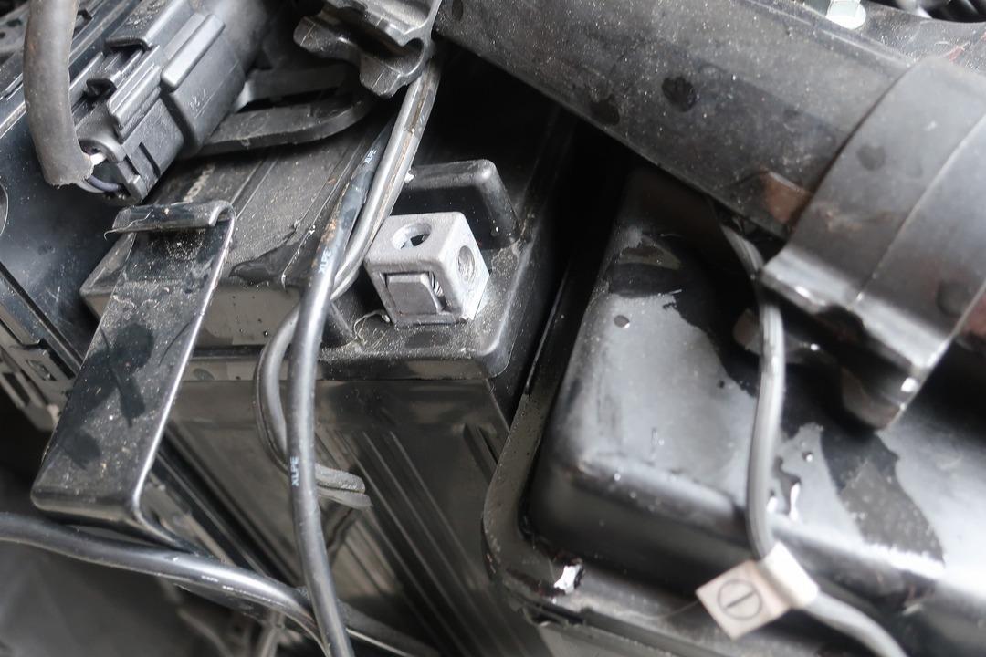 スポーツスター883Rバッテリー交換 (3)