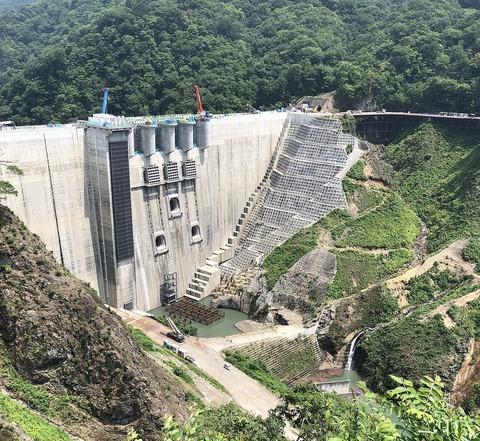 1200px-完成間近の八ッ場ダム(令和元年8月)