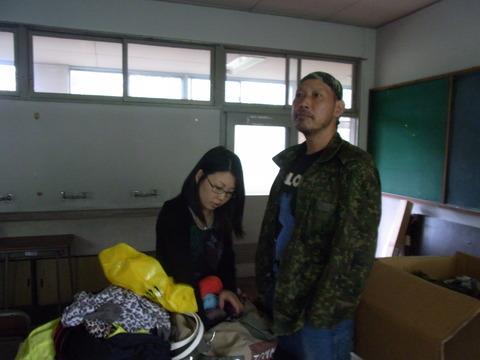 RIMG12939 女優の準備状況を確認する友松監督。左は松井理子 恒例、熟女の井戸端会議風..