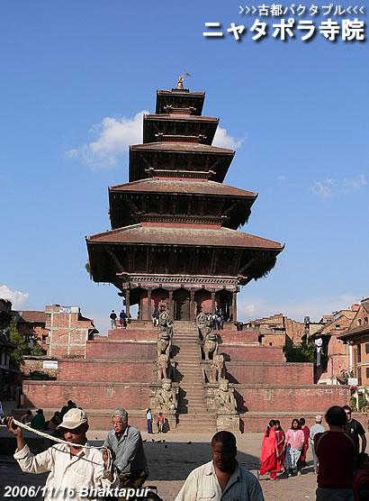 古都バクタプルの象徴・ニャタポラ寺院