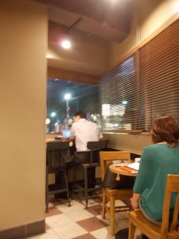 スターバックス 新宿南口店|電源が取れるカフェ@新宿