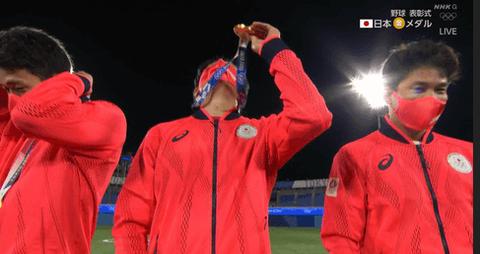 中日・大野雄大、金メダルを天に掲げる 「木下が『金メダル獲ったら見せて下さい』と言ってたので」