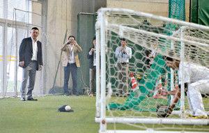谷繁監督、サッカーゴールの中で守備練習を命じる