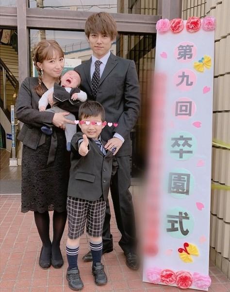 【悲報】辻希美さん、次男の卒園式に夫婦で出席 「服装がお葬式みたい」と大炎上wwwww