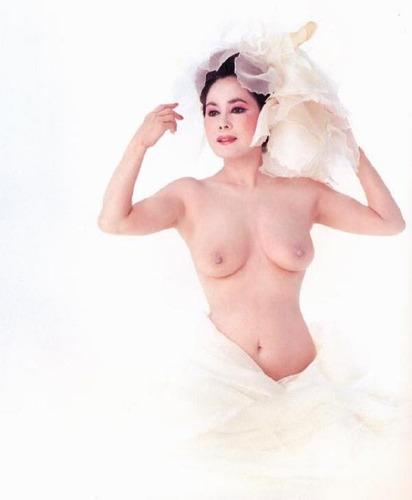 【意外とイケる】デヴィ夫人おっぱい乳首まる出しヌード画像wwwwww