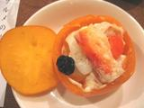 柿の器入り蟹肉のサラダ
