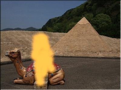 ピラミッドの前で。