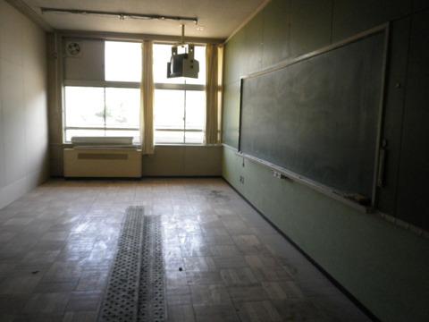 教室にベッドが置かれ客室になります。工事真っ只中。