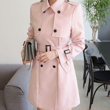 ピンクのトレンチコートが女性らしくて可愛い