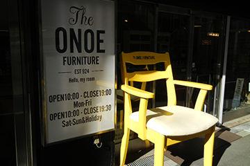 大阪堀江のオレンジストリートにある黄色の椅子
