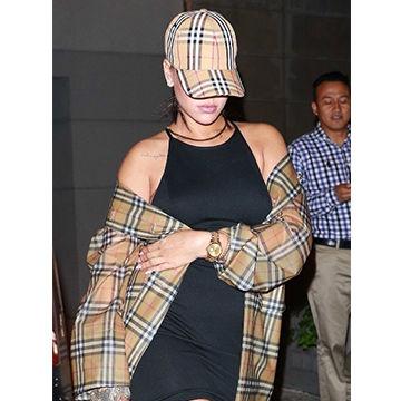 世界的に人気な歌手のリアーナが着るBURBERRYコーデ