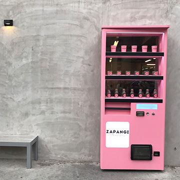 自動販売機の扉が印象的なZAPANGI