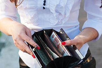 財布を出さない女