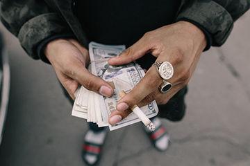 お金にだらしない男性