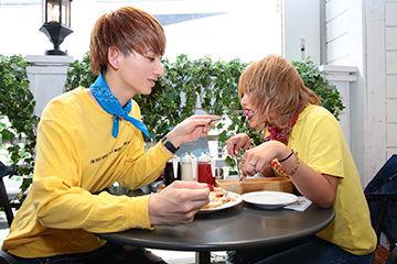 仲良くパンケーキを食べるカップル