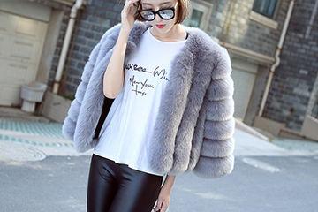 定番人気カラーのグレーのファーコートが大人セクシ0