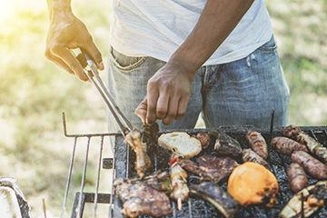 BBQで活躍する男性