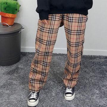 バーバリーチェックのゆるいシルエットのズボンがトレンド