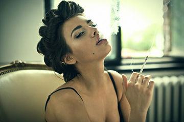 タバコを吸う女子
