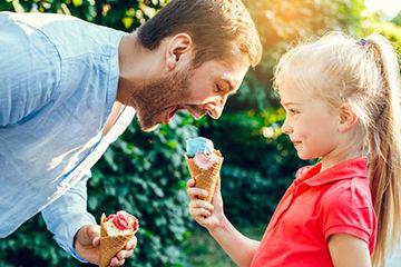 アイスを買ってきてくれる男性