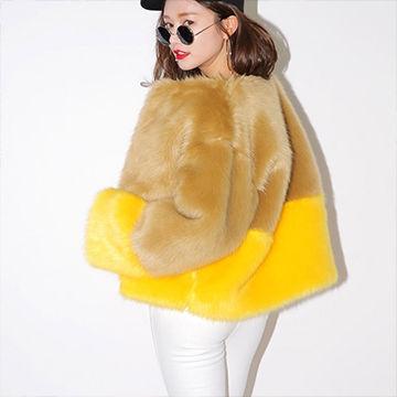 個性全開!黄色のファーコートが可愛い