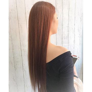 カッパーピンクのサラサラロングストレートヘアサイドスタイル