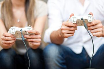 ゲームするカップル